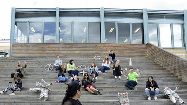 Ungdomar i konstprojekt vid Tensta konsthall. Foto: Intuitiva konsthallen.