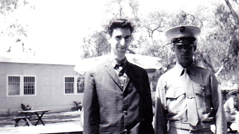 Frank Zappa uppvaktar när brodern Bobby tar examen från marinkårens boot camp 1962. Foto: Privat.