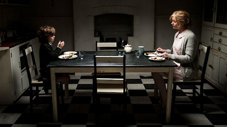 Skådespelarna Noah Wiseman och Essie Davis, som son och mor i The Babadook. Foto: NonStop Entertainment