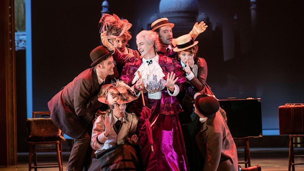 En Gentlemans Handbok i Kärlek och Mord. Lady Hyacinth D'Ysquith (Christer Nerfont) och ensemble. Fotograf: Mats Bäcker