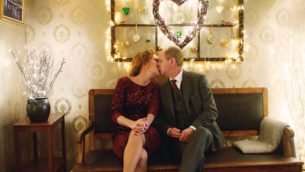 """Maria Lundqvist och Robert Gustafsson i """"En underbar jävla jul"""". Foto: SF."""