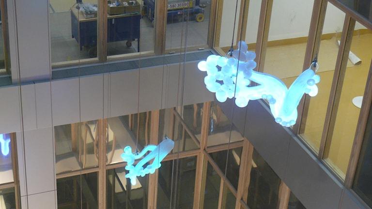 Fredrika Linders glasskulpturer på Nya Karolinska. Foto: Karsten Thurfjell/Sveriges Radio.