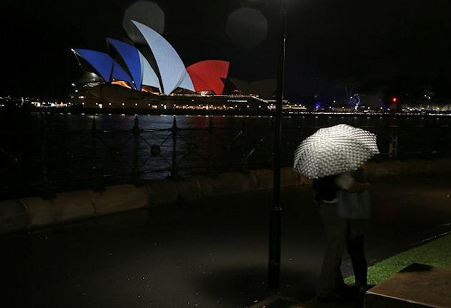 Sydneyoperan upplyst i tricoloren i solidaritet med offren i Paris. Foto: Rick Rycroft, TT