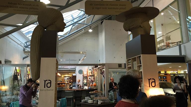 Writers' Gate, bokbytarbiblioteket på Tallinns flygplats. På tisdagen avtäcktes de nya författarskulpturerna föreställande bland andra Sofi Oksanen och Marie Under. Foto: Thella Johnson/Sveriges Radio