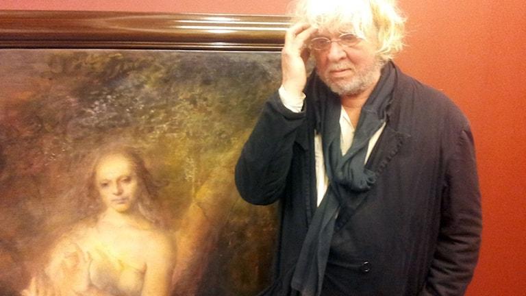Odd Nerdrum funderar på hängningen av utställningen 1. Foto Karsten Thurfjell/SR