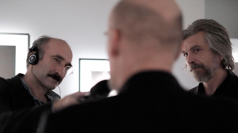Kulturnytts Måns Hirschfeldt intervjuar fotografen Thomas Wågström och författaren Karl-Ove Knausgård. Foto:  Johan Ståhlberg/Fotografiska
