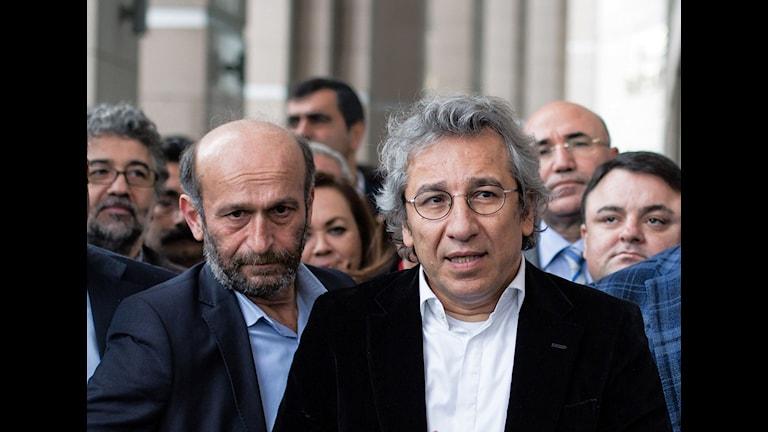 Can Dundar, chefredaktör för Cumhuriyet och byråchefen Erdem Gul utanför domstol. Bild: Vedat Arik/AP