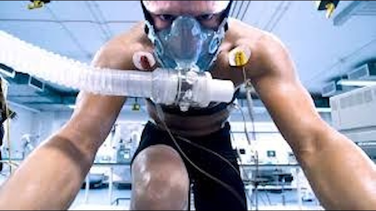 Ben Foster som Lance Armstrong i laboratoriet. Foto SF Film