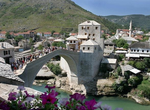 Den återuppbyggda bron i Mostar. Foto: Hidajet Delic/AP
