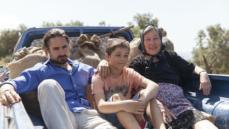 Jonatan Rodriguez, Emrik Eklund och Nicole Kokkinou i Tsatsiki, farsan och olivkriget. Foto: Philippa Björnbom.