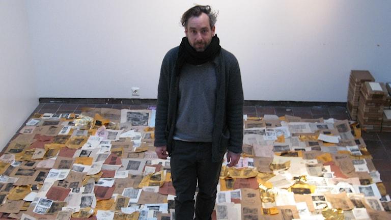 Markus Butkereit med sitt konstverk på Göteborgs Konsthall. Foto: Dev Karnal Fridén/Sveriges Radio