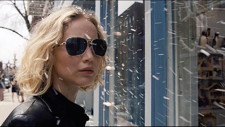 Jennifer Lawrence som uppfinnaren och entreprenören Joy Mangano. Bild: AP/TT.