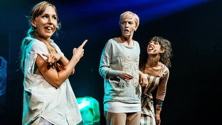 Mens the Musical var en befriande teaterupplevelse 2015, i en tid då mensblod fortfarande är blått i reklamen, tycker Karin Jansson. Foto:Sören Vilks/Dramaten