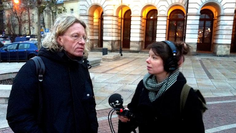 Krzysztof Mieszkowski, Teatr Polskis konstnärliga ledare intervjuad av Sveriges Radios korrespondent Thella Johnson. Foto: Sveriges Radio.