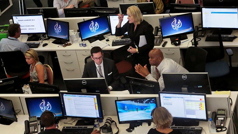 Al-Jazeeras redaktion i USA. Nu lägger nyhetstjänsten ner i USA. Foto: AP/TT.