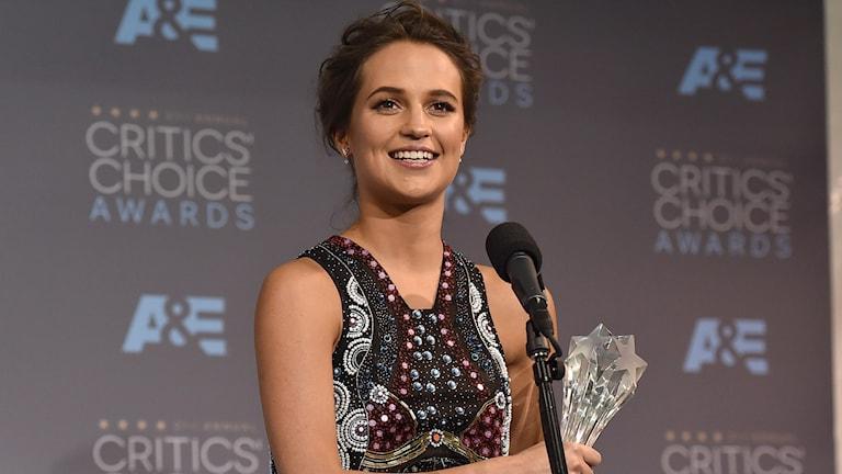 Alicia Vikander prisad vid Critics Choice Awards. Foto: AP/TT: