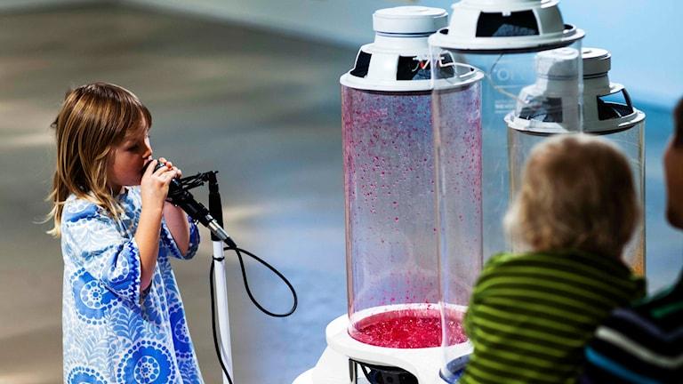 Barn spelar in sina röster för Voices of Umeå. Foto: Elin Berge.