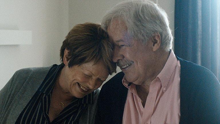 """Ghita Nørby och Sven Wollter som kärleksparet Lily och """"Piloten"""" i filmen Våga älska av Michael Noer. Foto: Njutafilms"""