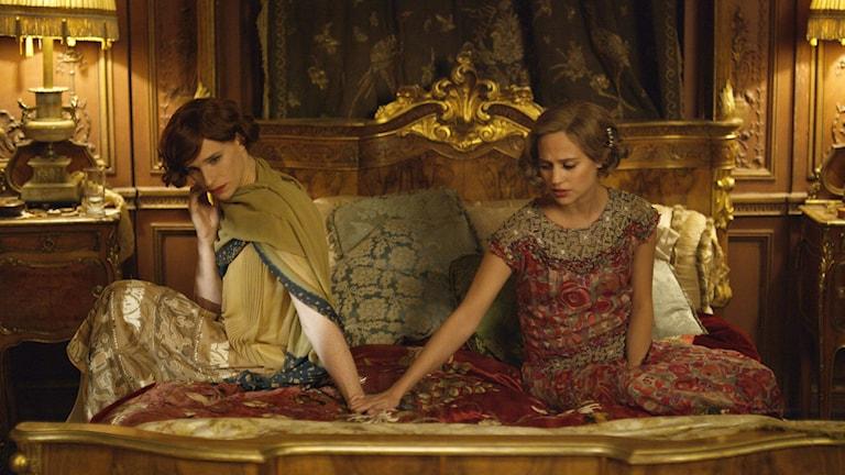 """Eddie Redmayn (t.v) som Lili Elbe och Alicia Vikander (t.h) som Gerda Wegener i """"The Danish girl"""". Foto. AP/TT."""