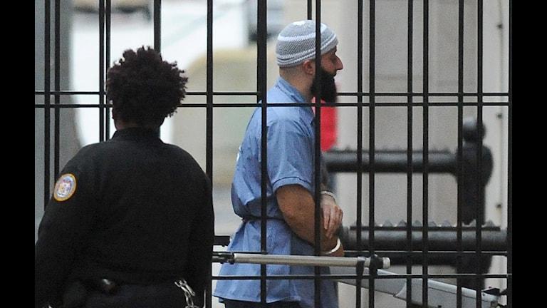 Den morddömde Adnan Syed förs in till den aktuella hearingen i Baltimore. Foto: AP/Baltimore Sun.