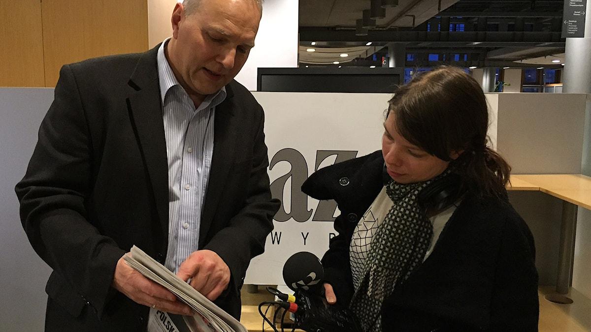 Jaroslaw Kurski, chefredaktör för polska Gazeta Wyborcza,r med SR:s korrespondent Thella Johnson. Foto: Paulina Reiter