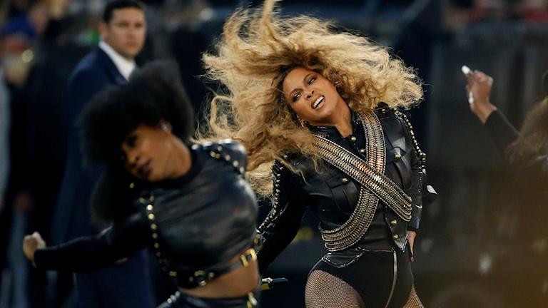 """Beyoncé under sitt framförande av """"Formation"""" på Super Bowl. Foto: AP/TT."""