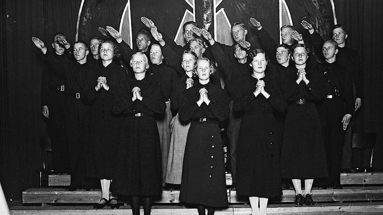 Den finska nationella rörelsen Sinimustats ungdomskör på turné i mitten av 1930-talet. Foto: Kuvaarkisto.
