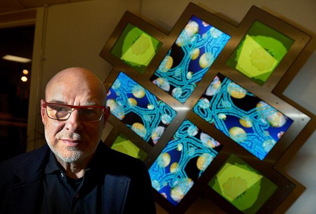 """Den brittiske musikern och konstnären Brian Eno vid sitt konstverk """"77 Million Paintings for Kästa School"""". Foto: Janerik Henriksson/TT"""