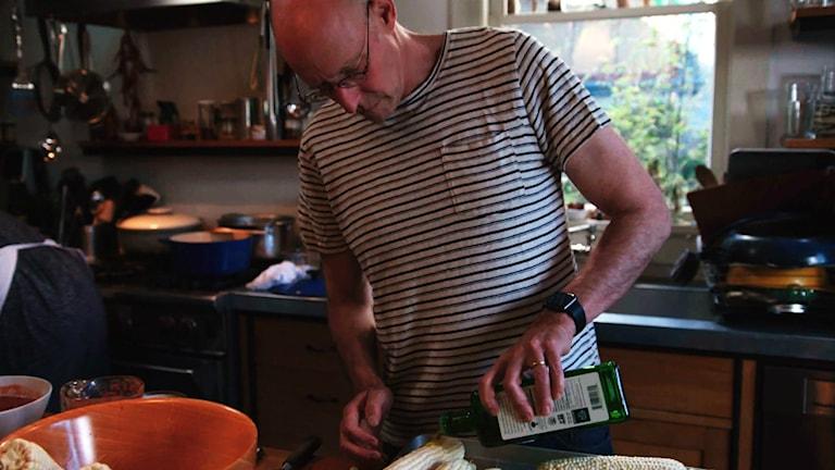 "Matdebattören och författaren Michael Pollan i serien ""Cooked"". Foto: Jigsaw Productions"