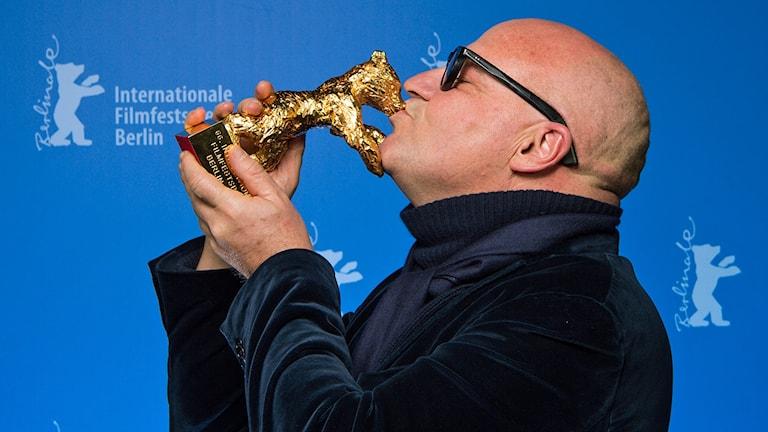 Gianfranco Rosi kysser Guldbjörnen. Foto: Bernd von Jutrczenka/TT