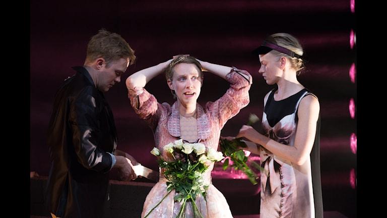 """Från vänster Daniel Nyström, Ester Claesson, Petra Fransson i """"Winterreise"""" på Galeasen. Foto: Elisabet Sverlander"""