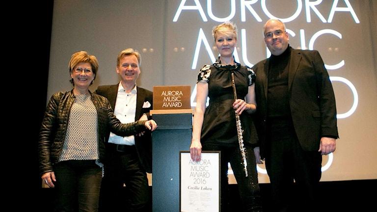 Cecilie Hesselberg Løken tillsammans med Aurora winter fests Ola Larsson och ledare Per Nyström och kommunalrådet Monica Hansson.