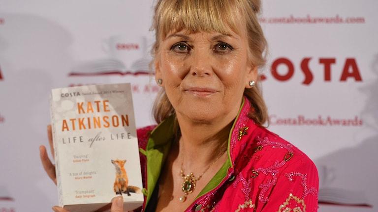 """Prisbelönte och bästsäljande Kate Atkinson, här med sin förra bok """"Liv efter liv"""" – nu aktuell med nya romanen """"En Gud i spillror""""."""