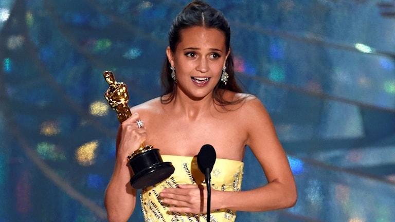 Alicia Vikander håller tacktal efter att hon fått sin Oscar. Foto: Chris Pizzello/Invision/AP/TT.