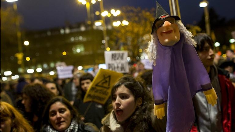 Demonstration i Madrid mot frihetsberövandet av två dockspelareFoto: TT/Francisco Seco