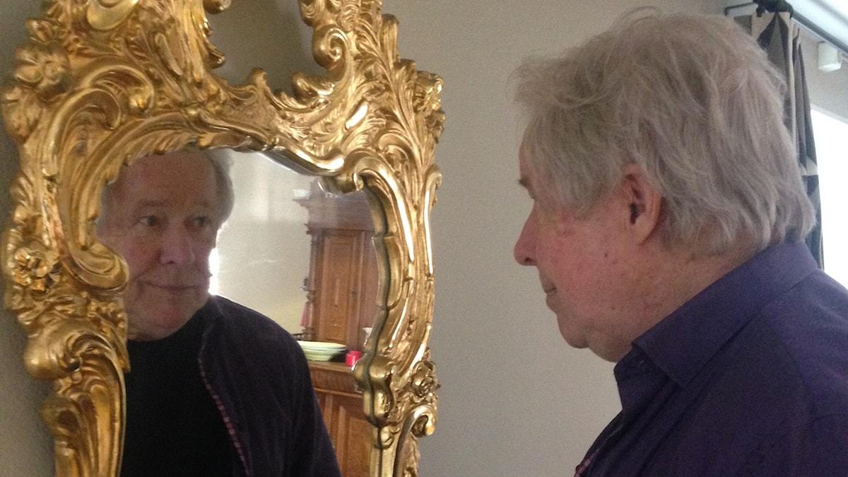 Här står Sven Wollter framför en spegel i guld.