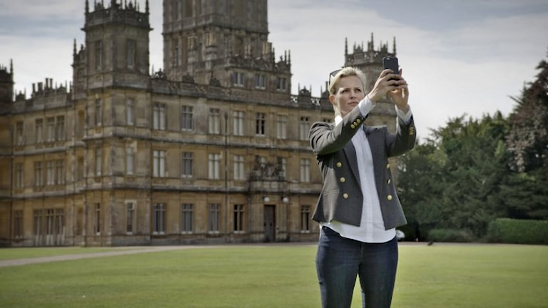 Programledaren Josefine Bornebusch besöker bland annat slottet där Downton Abbey spelats in, Highclere Castle. Foto: Svt