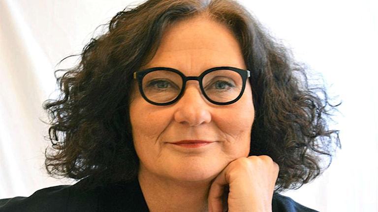 Ebba Witt-Brattström debuterar som skönlitterär författare med verseposet Århundradets kärlekskrig.