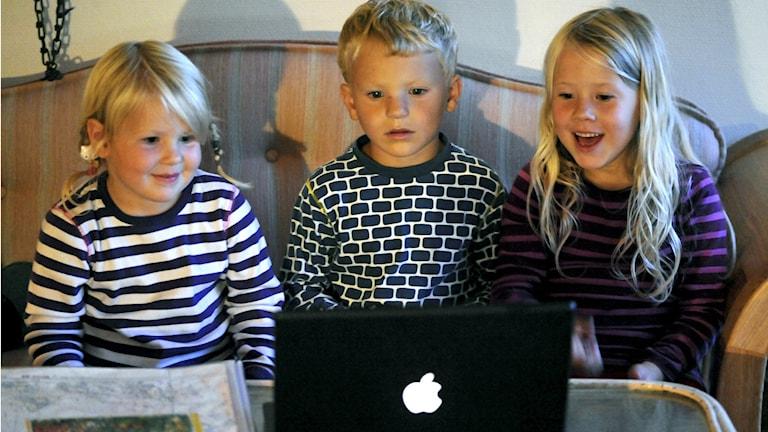 Barn tittar på barnfilm på en dator