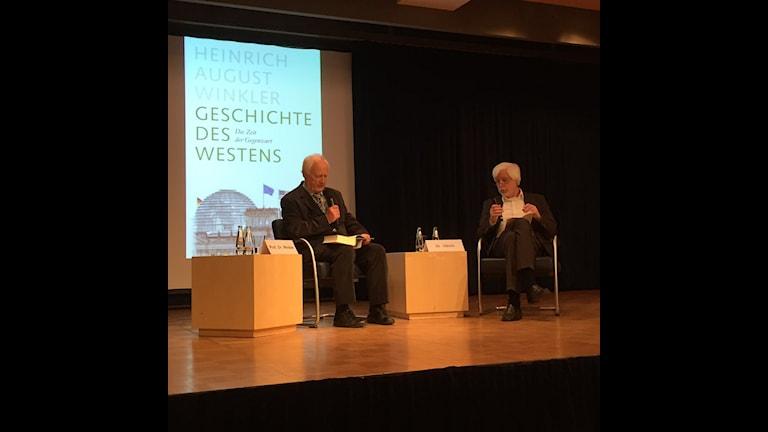 Heinrich August Winkler (t v) på bokmässan i Leipzig. Foto: Daniela Marquardt