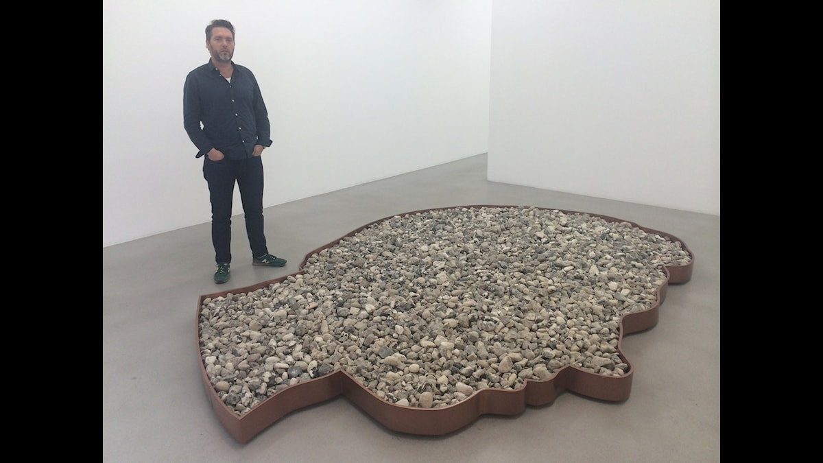 "Galleristen Ben Loveless bakom konstnären Karl Larssons skulptur ""Washing Rimbaud´s Heart"" på Galerie Nordenhake i Stockholm. Foto: Mattias Berg/SR"