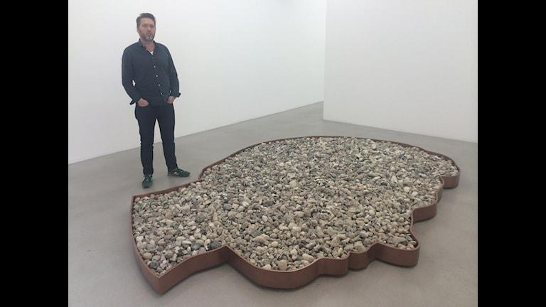 "Galleristen Ben Loveless bakom konstnären Karl Larssons skulptur ""Washing Rimbaud´s Heart"" på Galerie Nordenhake i Stockholm."