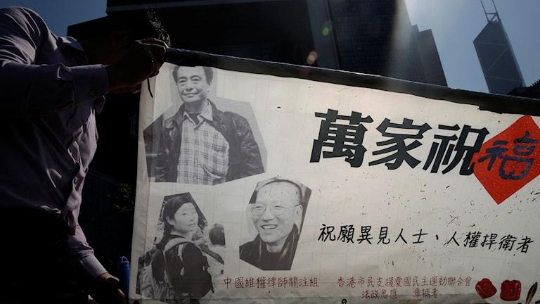 Bilder på de försvunna bokhandlarna visas upp vid en protest.