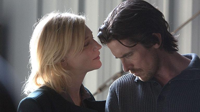 Cate Blanchett som ex-frun Nancy och Christian Bale som manusförfattaren Rick i Knight of Cups.