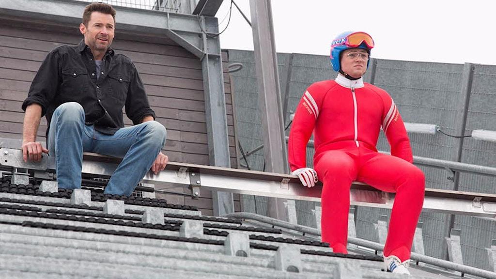 Taron Egerton (t.h.) spelar Eddie the Eagle, Hugh Jackman (t.v.) spelar hans tränare. Foto: SF.