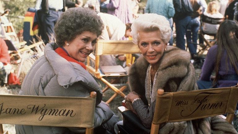 """Skådespelarna Jane Wyman och Lana Turner i 80-talssåpan """"Falcon Crest""""."""