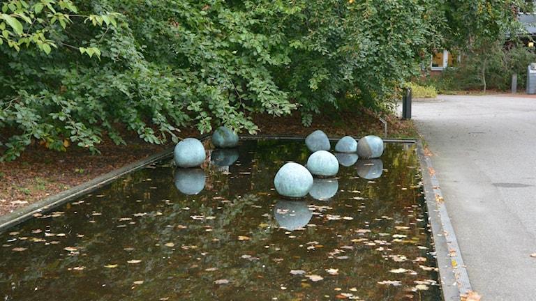 """2014 stals delar av Ingemar Svenssons konstverk """"Variation på ett tema"""" - sju klot i koppar placerade vid Ekologihuset i Lund."""