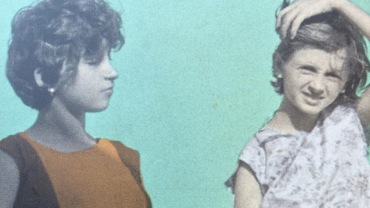 """Omslaget till den svenska utgåvan av Elena Ferrantes """"Min fantastiska väninna""""."""