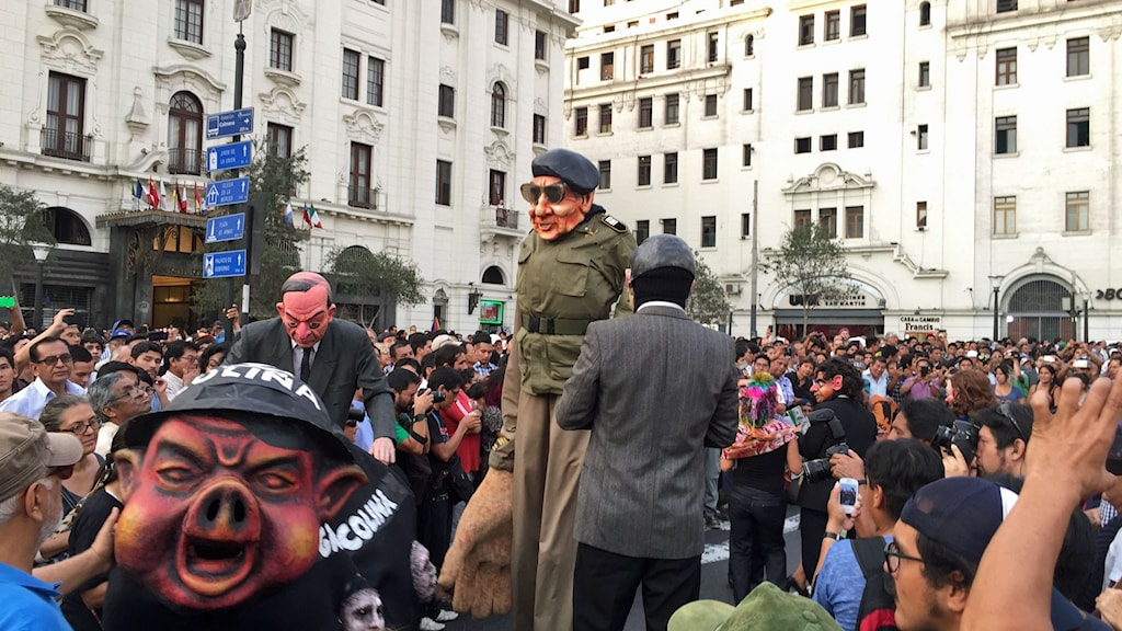 Flera teatergrupper höll föreställningar under demonstrationen mot Keiko Fujimori den 5 april. De flesta fokuserade på korruptionen och MR-brotten som begicks under hennes pappa Alberto Fujimoris styre.
