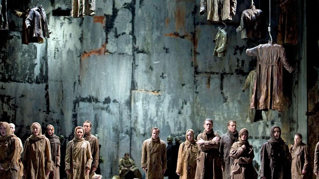 Göteborgsoperans kör i Macbeth. Scenografi Lars-Åke Thessman och kostymdesign Katarina Hollá. Bilden starkt beskuren.